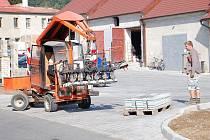 NA STAVBU CHODNÍKU podél areálu se připravují také stavebniny v ulici Petra Jilemnického. Pomocí speciálního stroje připravili na napojení chodníku také vjezdy do stavebnin.