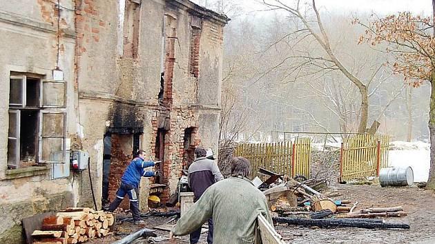 POŽÁR ZNIČIL POLOVINU DOMU. Část bývalého Čaňkovského mlýna blízko Valchy lehl v pátek v noci popelem. Příbuzní majitelky objektu pomáhají likvidovat následky požáru.