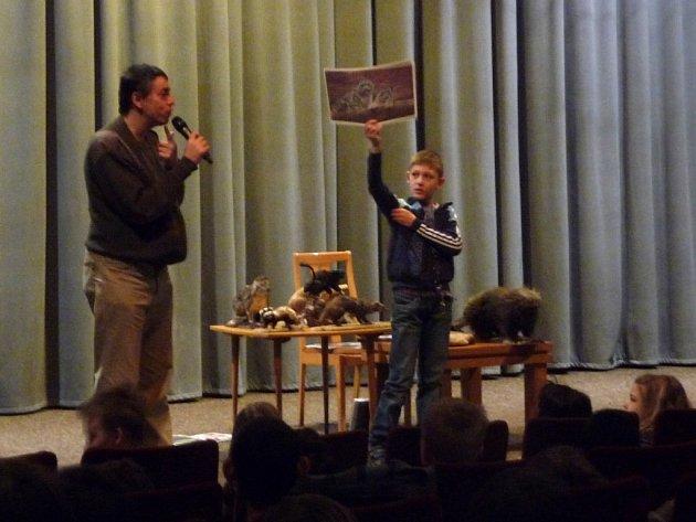 VLADIMÍR BOLEVIČ (na snímku vpravo) asistuje mluvčímu plzeňské zoo Martinu Vobrubovi při představování tropických šelem. v ruce drží fotografii s párem šelem.