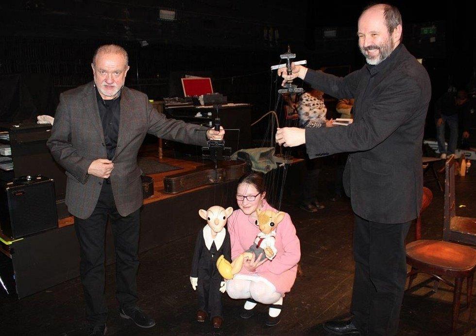 Anna Gálisová při posezení v divadle s Petrem Jančaříkem.