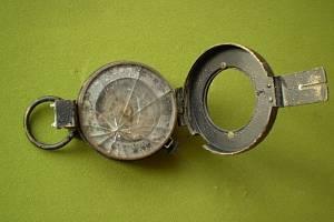 Funkční britský kompas ze druhé světové války objevil tachovský hledač na nejvyšším vrcholu Slavkovského lesa.