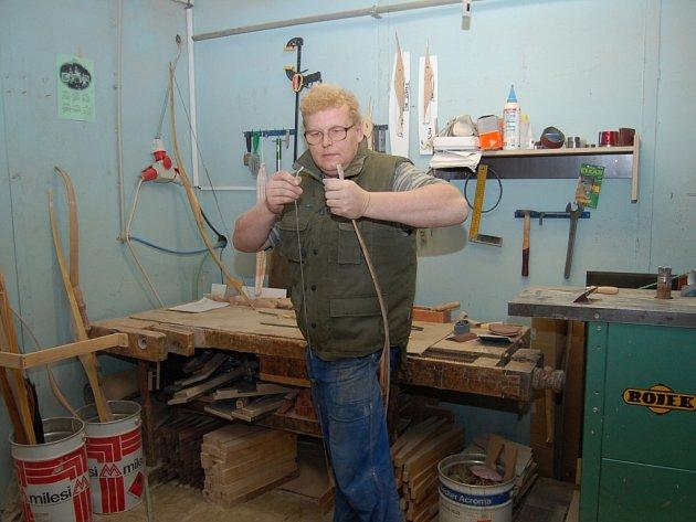 Antonín Biermeier vyrábí luky a je členem lukostřeleckého oddílu, který působí v Dlouhém Újezdě