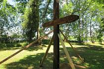 Na zaniklý hřbitov se vrací původní náhrobky a kříž.