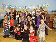 HALLOWEENSKÁ SESTAVA STRAŠIDEL, která v podzimním období navštívila základní školu Kostelní.