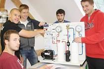 STUDENTI třetího ročníku strojírenského oboru při zkoušení nového vybavení technické laboratoře, se kterým se od příštího školního roku setkají při výuce.