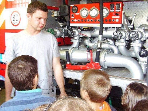 Žáci školní družiny ze ZŠ Hornická v Tachově navštívili zbrojnici dobrovolných hasičů.