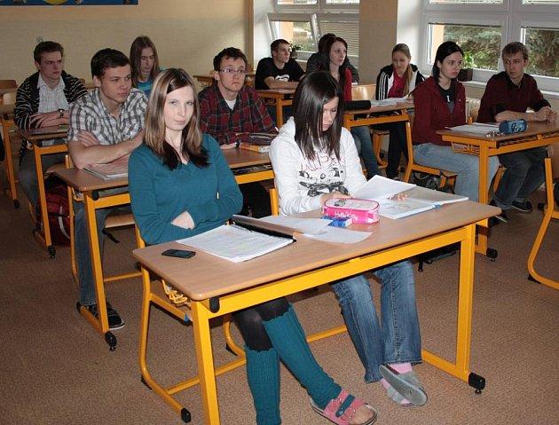 STUDENTI ŠESTÉHO ROČNÍKU Gymnázia Tachov spějí k završení  studia. Letos je čeká velká neznámá – státní maturity.