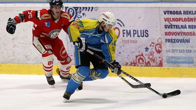 Hokejisté Tachova (na archivním snímku hráč v červeném dresu ze zápasu proti Kaznějovu v základní části) ztratili v sobotním souboji se soupeřem z Plzeňska dobře rozehraný zápas. Vedli 5:3, ale závěrečný tlak soupeř neustáli a padli těsně 5:6.