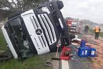 U Bezděkova se převrátil kamion s pneumatikami.