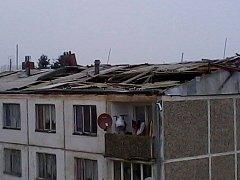 Vítr poškodil střechu bytovky ve Starém Sedlišti.