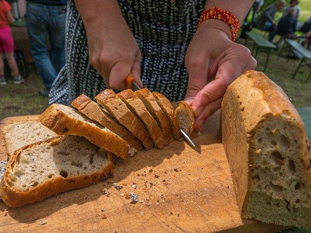 Chlebomáslové slavnosti v zaniklé obci Záhoří přilákaly také letos desítky poutníků, kteří zde mohli ochutnat nejrůznější druhy domácího chleba a pomazánek.