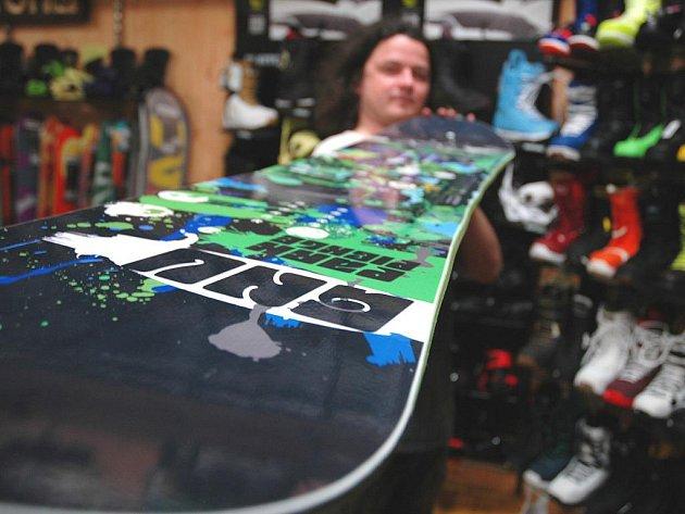 Nová snowboardová prkna již nemají rovné hrany, ale prkno se vlní.