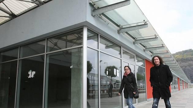 Prostor za hlavním vlakovým nádražím je už je přes rok a půl hotový, přesto obchůdky zejí prázdnotou.