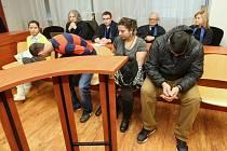 Část obžalované skupiny v soudní síni.