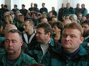 Jídelna, kam dorazí Miloš Zeman na besedu s horníky je doslova nacpaná k prasknutí zájemci o setkání s prezidentem republiky.