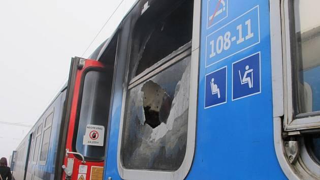 Vyhořelá toaleta rychlíku Chomutovka.