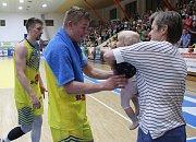 Utkání basketbalistů Ústí (ve žlutém) proti Pardubicím