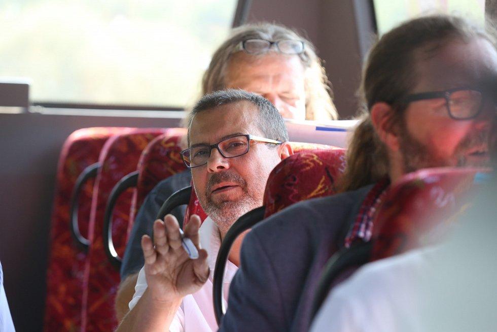 Politici jedou v autobusu z Ústí do Mostu