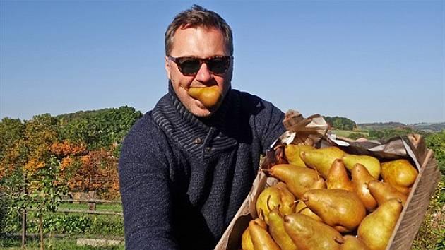 Jan Heřmánek vyrábí džemy Mlsný Filip z hrušek ze svého sadu.