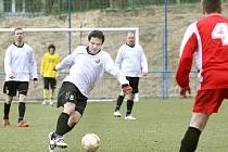 Fotbalisté Mojžíře (černobílé dresy) remizovali doma s Milešovem 2:2.