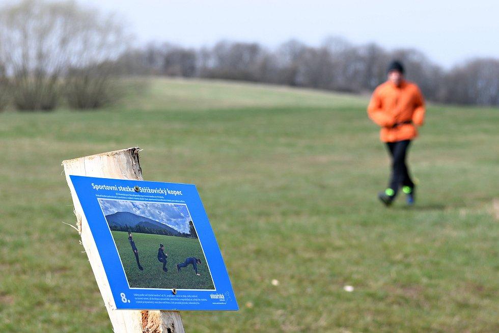 Na Střížovickém vrchu v Ústí nad Labem vznikla sportovní stezka, kterou vybudovala ZŠ Vinařská.