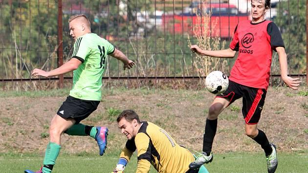 Fotbalisté Svádova (v zelenočerném) porazili doma Hostovice 1:0. Foto: Deník/Rudolf Hoffmann