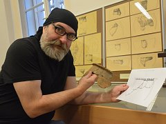 Luděk Marks dokumentuje archeologické nálezy