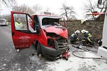 Vážná dopravní nehoda v Zubrnicích. Řidič dodávky zde narazil do zdi.