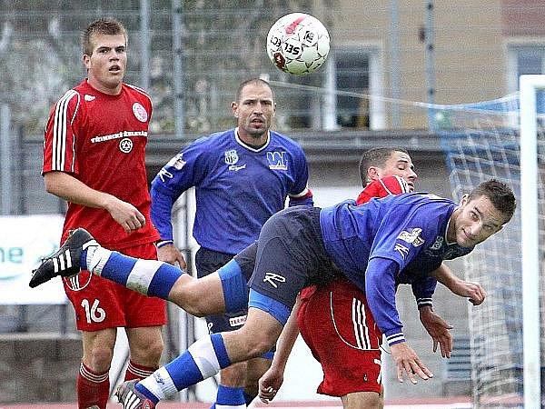 Ústečtí fotbalisté (hlavičkuje Zachariáš, vzadu přihlíží Džuban) zvítězili v doposud posledním utkání  na domácím hřišti nad Třincem 1:0. Jak se jim bude dařit na půdě Čáslavi?