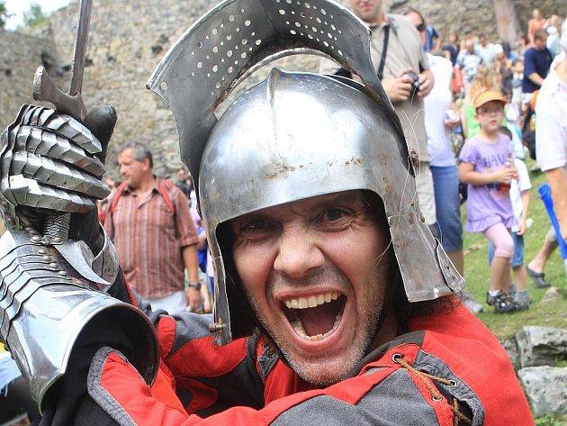 Rekonstrukce husitských bitev mají v oblibě i skupiny historických šermířů.