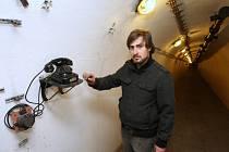 Muzeum v leteckém krytu pod ústeckou Větruší nabízí netradiční pohled do stovek metrů dlouhých štol a historické předměty, jako například elektrocentrálu Audi, zbytky důlního vozíku nebo dýku Hitlerjugend. Na snímku je Darius Hingar.