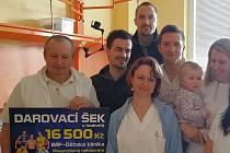Zástupci tří sportovních oddílů z Ústí předali dětskému oddělení IMP výtěžek ze Sportovního večírku.