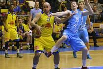 Ústečtí basketbalisté (žlutí) na Prostějov nestačili.
