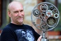 Motorkář Vladimír Pospíšil z malé obce Český Bukov nedaleko Ústí nad Labem dává nový život věcem, které končí v kovošrotu.