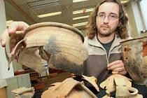 Vedoucí archeologické laboratoře Jiří Škoda ukazuje jeden z předmětů, které byly nalezeny na pozemku vedle Paláce Zdar.