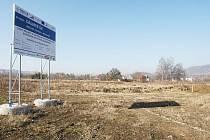 Součástí stavby nové dálnice D8 je i křižovatka v Řehlovicích. Prozatím tu, kromě informační cedule a zapleveleného pozemku, nic nenajdete. Ministerstvo teď znovu připravuje stavební a uzemní řízení.