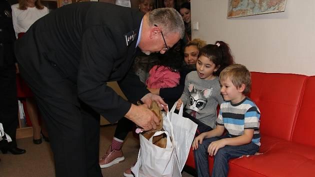 Ústečtí policisté věnovali dárky dětem z azylového domu.