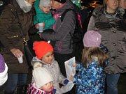 Akce Skřivánek zpívá koledy proběhla ve vinotéce U Muzikanta a zúčastnilo se jí kolem stovky lidí.