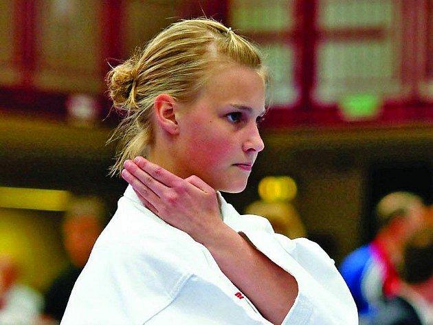 Petra Klabanová z Karate klubu Ústí nad Labem vybojovala stříbrnou medaili na turnaji v Nymburku. Díky získaným bodům si zajistila nominaci na MČR mládeže.