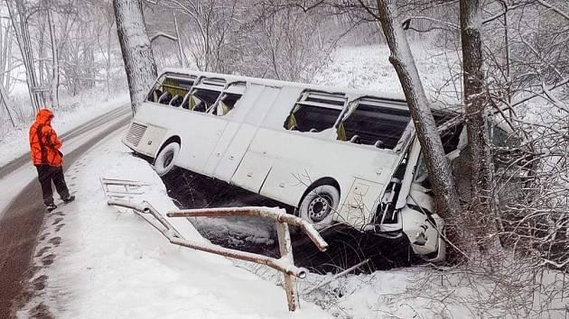Autobus spadl do potoka u křižovatky na Velké Chvojno. Chlapci se nic nestalo, byl připoutaný