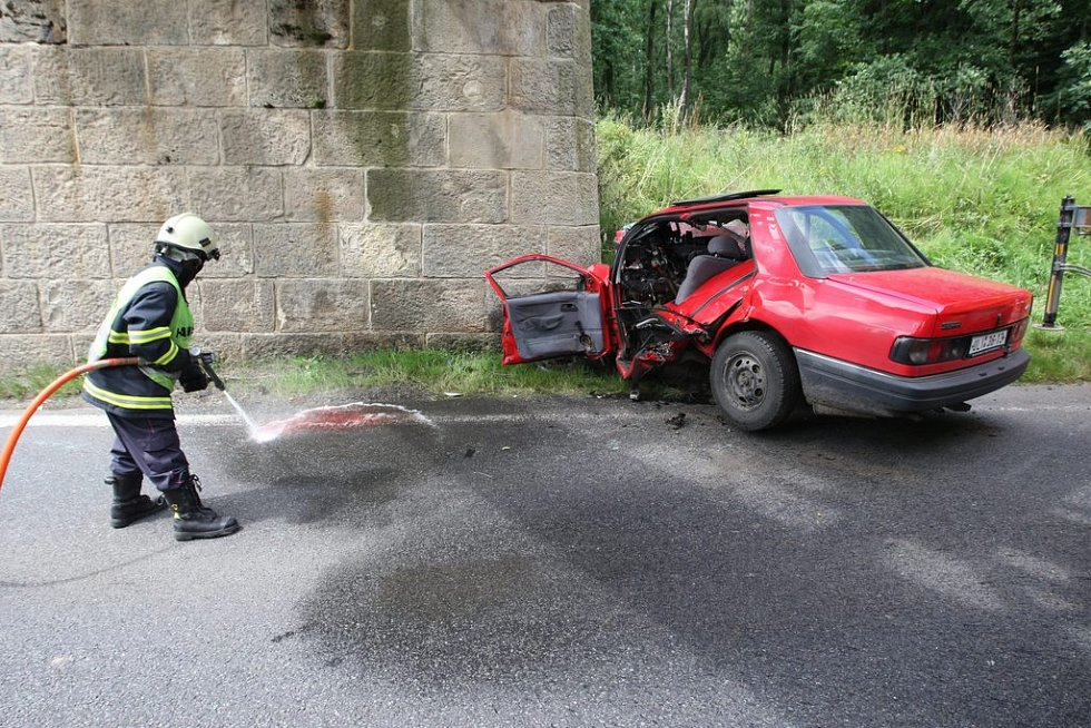 Nehoda osobního auta na silnici u obce Libouchec – Žďárek na Ústecku