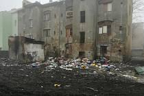 Před půl rokem z vnitrobloku Sklářské ulice v Předlicích město nechalo odklidit několik metrů vysokou vrstvu odpadu. Místní ale začali vršit další. Nepořádek hází i z oken