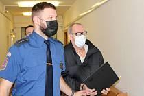 Zdeněk K., obžalovaný z pokusu o vraždu, u krajského soudu v Ústí nad Labem