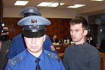 Vrah odchází od soudu, který mu určil 12 let vězení