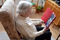 Darované SIM karty usnadňují seniorům kontakt s rodinou.
