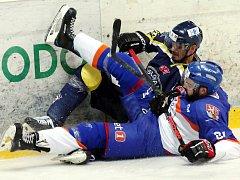 Hokejisté Ústí (modro-žlutí) doma prohráli s Litoměřicemi 3:4 v prodloužení.