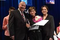 Patnáctiletý klavírní virtuóz Zvezdan Vojvodic (uprostřed)