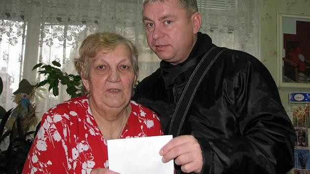Podnikatel v gastronomii a exstarosta Vlastimil Žáček daroval ústeckému Červenému kříži čtyři tisíce poté, co peníze někdo ukradl i s kasičkou.