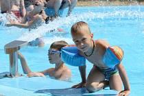 Stovky Ústečanů míří v těchto letních dnech k osvěžení se na termálním koupališti v Brné.
