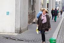 Při příchodu do zadního vchodu Komerční banky hrozí nepozorným klientům a Ústečanům úraz na nerovném chodníku. Odbor dopravy slibuje nápravu.